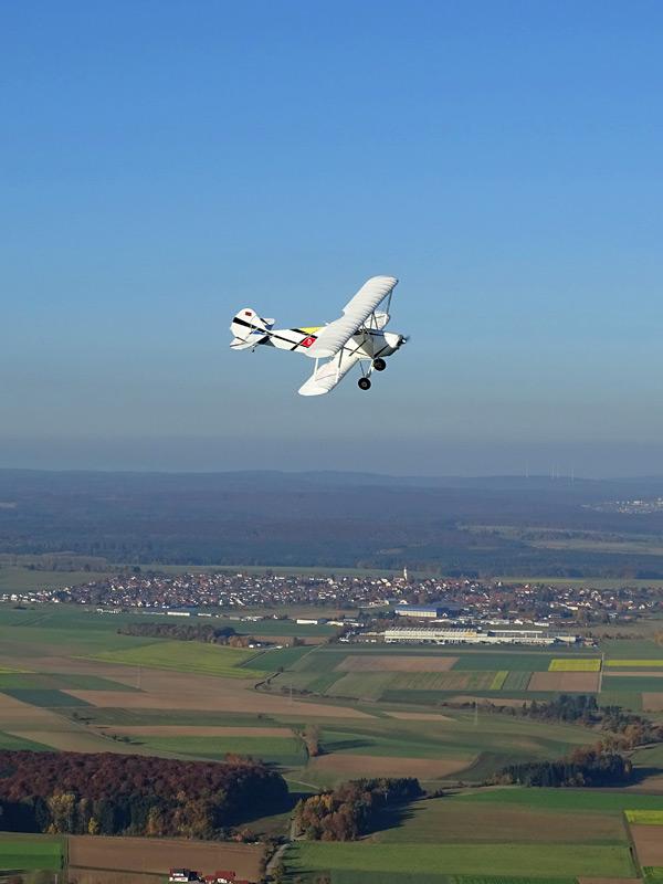 Motorflieger umkreist Heißluftballon