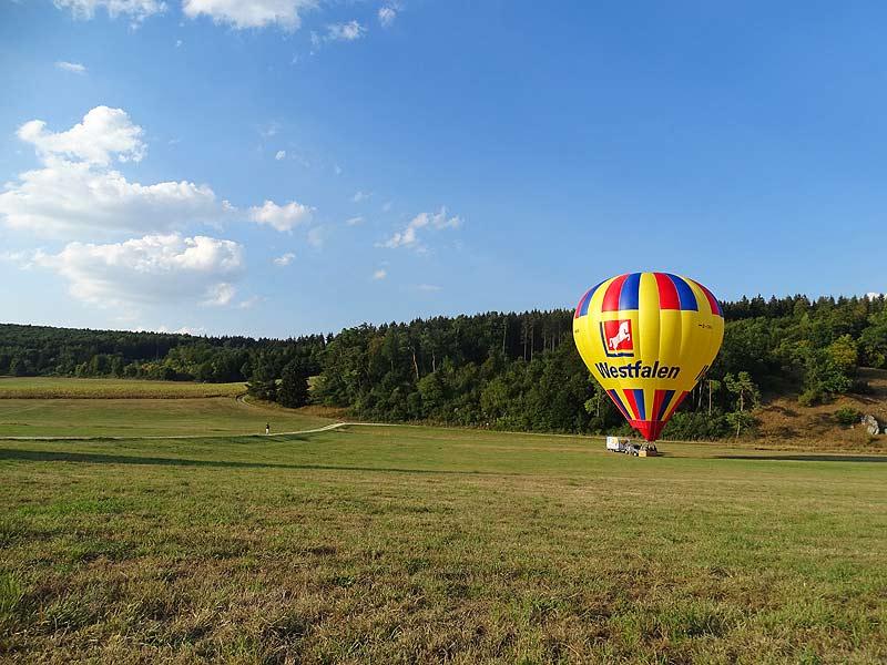 Heißluftballon steht am Startplatz kurz vor dem Beginn einer Ballonfahrt.