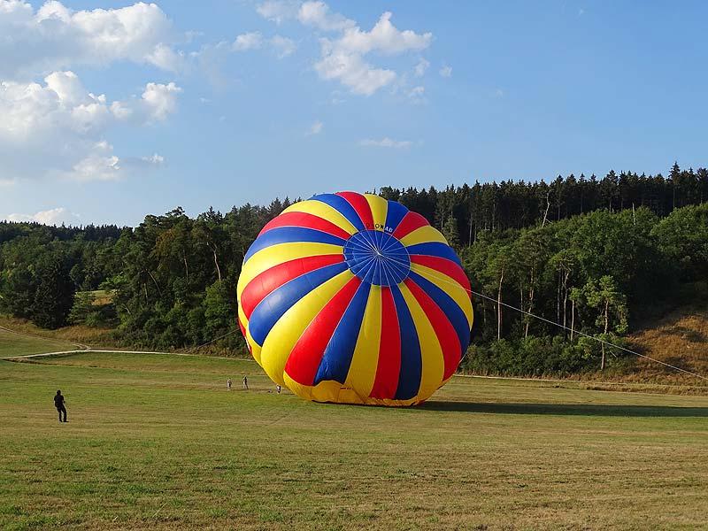 Ballonfahren, die Hülle des Ballons richtet sich während des Aufbaus auf.