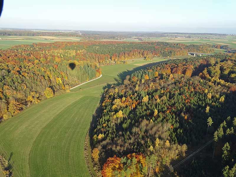 Ballonfahrt im Herbst, Blick auf bunt gefärbte Bäume