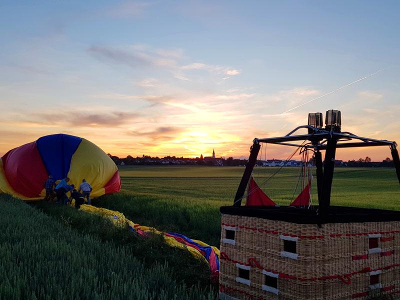 Heißluftballon nach der Landung, Zusammenpacken der Ballonhülle