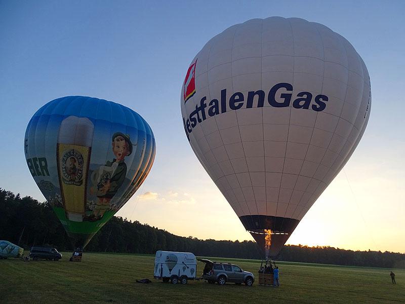 Start von zwei Heißluftballonen, Firmenevent